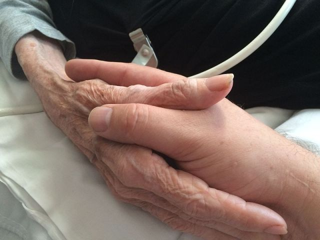 800px-Mother_and_son_holding_hands